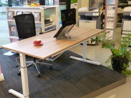 T-Poot werkplek hoogte verst. 180x80 cm. havana blad, onderstel wit + korf