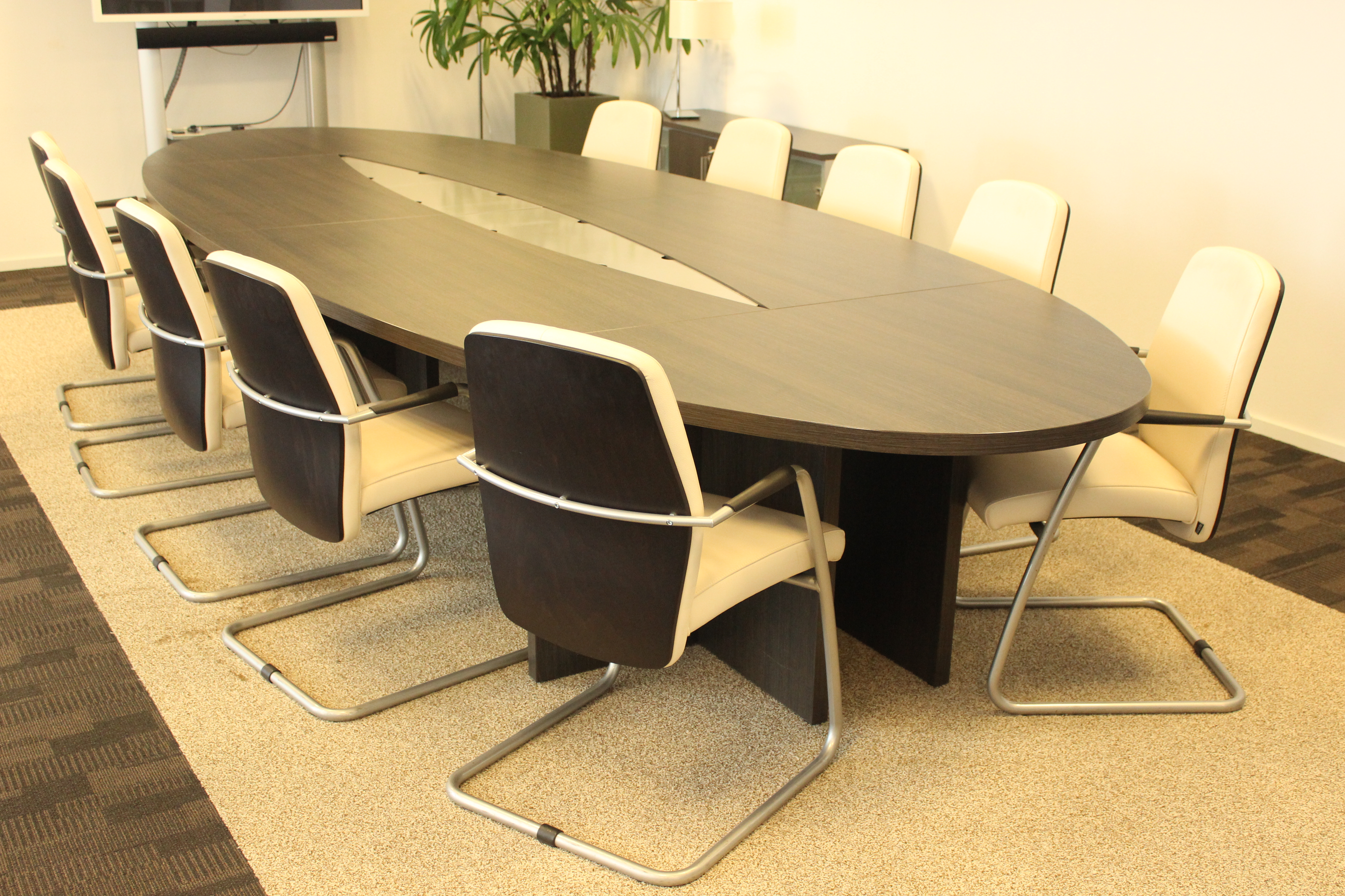 Conferentietafel (460 x 170) incl. bijpassende dressoirkast (100 x 70 x 41)